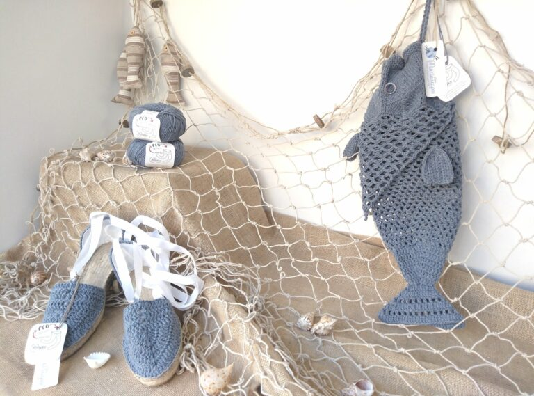 Alpargatas y bolsa de red de ganchillo para la playa
